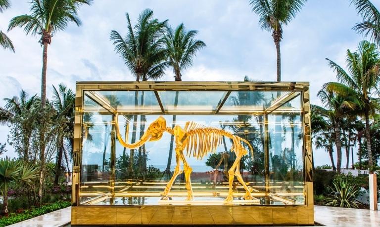 Damien Hirst's Gone But Not Forgotten, expuesto en el jardin del  Hotel Faena en Miami .jpg